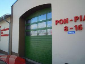 Brama przemysłowa segmentowa Wiśniowski Makropro, struktura panela: woodgrain, kolor: RAL:6005, Przeszklenie panelem aluminiowym SZx2 podwójna szyba akrylowa