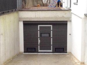 Brama segmentowa Wiśniowski UniPro z drzwiami przejściowymi, przeszklenie: okienko A-1, kolor: RAL 7022, Napęd Sommer Duo Rapido+